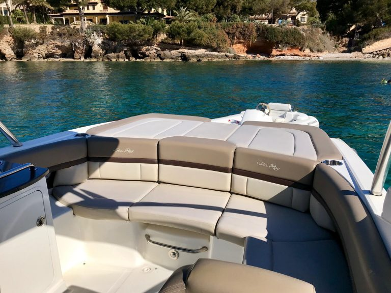 Searay 250 Aft seating area